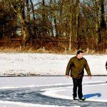 schaatsers in de uiterwaarden