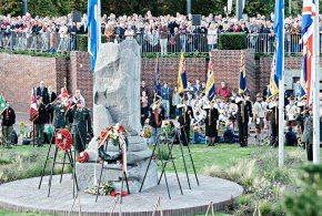Tienduizenden bij herdenkingen op de brug, in de kerk, het monument en aan het water